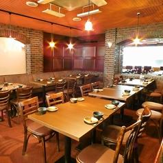広々としたテーブル席は、ご注文いただいたお料理を置いても狭さを感じさせずにお食事をしていただけます。