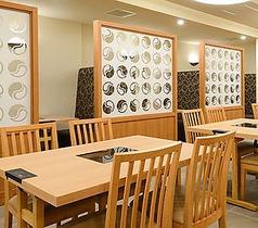 明るく開放的な店内にはテーブル席が全部で60席あります。テーブルの組み合わせは自由なので、少人数から大規模宴会まで対応が可能です。