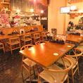 【テーブル席】みんなでワイワイ盛り上がれるテーブル席。木の温もりがあるお洒落な店内でリラックスしてお食事をお楽しみいただけます。人数に合わせてお席をご案内致しますので、大人数でのご利用や宴会の際はお気軽に店舗までお問い合わせください。打上げやオフ会など様々なシーンに最適です♪