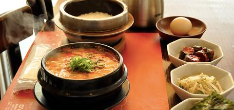 土鍋で熱々に煮込んだチゲ風スープ・スンドゥブのメニューが豊富な専門店。