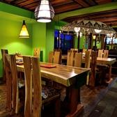 テーブルは2名・4名・6名・10名と様々な人数で利用可能