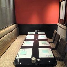 5~8名様用テーブル席はこちら。入り口ののれんを下ろすと半個室に。落ち着いた雰囲気で、周囲を気にせずお食事をお楽しみいただけます。100分飲み放題付きコースは、全8品5000円(税込)からご用意。当店自慢の「活鮮盛り」で、旬の鮮魚をお刺身でいただく最高の贅沢をご堪能下さい。
