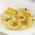 料理メニュー写真4種のチーズとピスタッチオソースの大きな貝殻パスタ