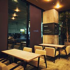 通りに面した窓際には、3名様・4名様までご利用いただけるお席をそれぞれ1卓ずつご用意しております。
