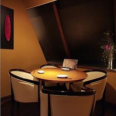 丸テーブルを4人で囲むことのできる個室席です。 親しい仲間でお酒や食事を楽しむならこの部屋がオススメです。