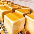 ■プレミアム食パンは国産食材と製法にこだわっております。北海道小麦・奄美のきび砂糖・よつ葉のバターなど厳選食材を使用しております。丁寧にじっくり時間をかけた製法でパン本来の味わいをお楽しみいただけます◎