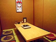 畳の個室席。天井のみ空調の関係で50センチほど空いておりますが、きちんと壁で仕切られています。4名様×2