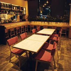 オープンキッチンからほど近い、4名様までご利用いただけるテーブル席。