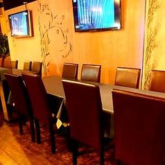 テーブル2~4名様、~8名様、~12名様、~16名様、~20名様とお客様のご予約人数毎にテーブルを繋げてセッティング致します。