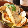 瀬戸内鮮魚のアクアパッツァ980円★南イタリアの味♪魚介類を豪快に煮込んだ南イタリアの郷土料理。鮮魚やはまぐり、トマトを入れて煮込みました。魚介のダシが絶妙にマッチしたスープは病みつきになること間違いなしの一皿です。