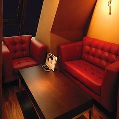デートに最適なソファーでゆったりとした雰囲気を楽しめる個室です。