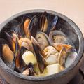 料理メニュー写真いろんな貝の石焼き蒸し