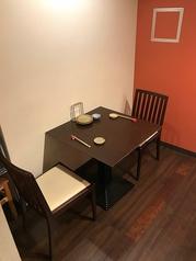 仙川にある大人たちの隠れ家の醍醐味~プライベートな雰囲気を演出する『半個室』を2室(6席1室・2席1室/連結で最大10名様まで受付)ご用意しております。カップル・・ご夫婦・ご家族のほか、女子会・お子様を連れてのママ会、大切な方々・ゲストとのお食事・ご会食など様々なシーンに合わせてご利用ください。