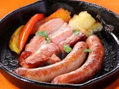 料理メニュー写真城川ベーコンとサルシッチャの石窯焼