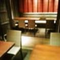 最大10名様の席が2列に並んだ団体席です。テーブル半個室席となります。各種ご宴会コースは、100分飲み放題付きで8品5000円・6000円・8000円(全て税込)をご用意。飲み放題のドリンクメニューは全36品、本日のおすすめ焼酎は日替わりでご用意、思わぬレアものの場合あり!?