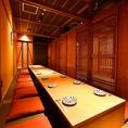 中規模のご宴会も可能。16名様までの個室利用が可能。「特選お造り盛合せ」や、新潟自慢のコシヒカリを使用した「季節の釜戸炊き御飯」などが含まれております。