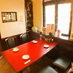 1Fテーブル席。ご家族や友人との外食に