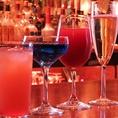 お食事後1FのBarもご利用いただけます。バーテンやスタッフとお酒を愉しめるスタイリッシュな空間となっております