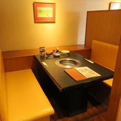 4名掛けのテーブル席。お隣との席間隔を保っておりますので、安心してご利用いただけます。 ※画像は系列店です。