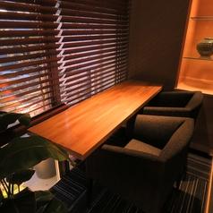 2,3名でご利用いただけるプライベートシートです。柔らかくライトアップされた植栽がとってもいい雰囲気です。