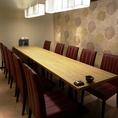 同僚や仲間との飲み会に、最適な空間をご提供します。テーブルのお席なら履物を脱がずにすぐ着席。気軽に楽しめます。全員が一列になれる長テーブルは乾杯にも最適。会話もしやすく、お顔合わせなど中人数でのお集まりにはおすすめです。