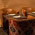 【2名様~最大24名様】重厚感のあるゆったりした店内でディナーを★当店のメインフロアとなる連結可能なテーブル席!デート・女子会・団体宴会・誕生日・記念日に◎