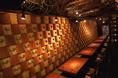 リゾート気分が味わえる!スタッフとの会話や沖縄情緒を楽しみたい方にお勧めです!壁には小さなシーサーの楽しい飾りが!ガジュマルを模したオブジェや琉球甕も!スタッフとの会話を楽しんだり泡盛の甕を眺めたりしながら雰囲気を楽しみ下さい!
