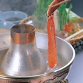 出汁は秘伝の利尻昆布出汁。かには食べやすく殻から身を外してあります。出汁にサッとくぐらせて甲羅特製のごまだれポン酢、ごまだれでお召し上がりいただきます。