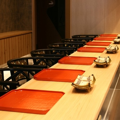 自分だけのお食事をお楽しみいただける清潔感溢れるカウンターを8席ご用意しております。