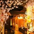 中に入ると満開の桜がお出迎え。春夏は桜・秋冬は紅葉と懐メロで宴会気分が盛り上がります。