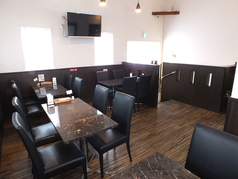 開放感のある高い天井とモダンなテーブルでゆったりと2階で貸切できます。15名~20名まで貸切可能。立食の場合は最大30名まで!普段は4名席が4卓となっております。一階とはまた違う、落ち着きのあるお部屋となっております。デートなどでのご利用はいかがでしょうか?