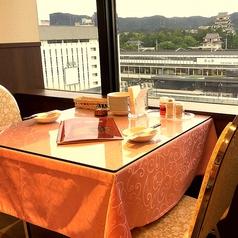 2名様でしっとりお食事を楽しんで頂けます。窓際のテーブルからは福山城が眺められ、日常の忙しさもふと忘れさせてくれます♪夜は街灯りが美しいですよ。ぜひいらしてください☆