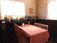 入り口入って直ぐの日当たりの良い最大4名様の可愛いお席です♪ベビーカーでの入店もでき、お子様連れのお客様にも人気のお席となっております。一番人気のお席となっておりますので、ご利用の際は、お早めにご予約下さいませ。また、壁側には2名様用のテーブルもございます。