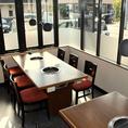 テーブル席は窓側に位置しておりますので、開放感の感じられる明るいお席です。窓ガラスの下面にすりガラスを使用し、お客様のお食事の様子は外からは見えなくなっております。