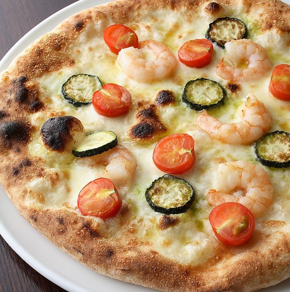石窯で焼き上げる北海道の旬の野菜や魚介などの食材を使ったピッツァが堪能できます。