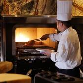 天然石で囲われたダッチオーブンにて、メインディッシュをお客様の前で焼き上げます。調理する音や香りを、お楽しみください。