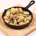料理メニュー写真薩摩いも鶏と長ねぎアヒージョ