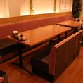 2F:テーブル席。ロールスクリーンで仕切ればプライベート感のあるお席になります。