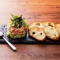 料理メニュー写真●日替わり鮮魚とハーブのなめろう ~モッツァレラチーズとアボカドのミルフィーユ仕立て~