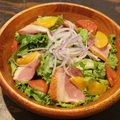料理メニュー写真合鴨スモークとオレンジのサラダ