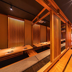 【2階】個室のような雰囲気と雰囲気のある証明で心地よい空間。仕切りを使いどんなシーンにも対応できます。広々とした空間は最大36名様まで。10名様、20名様、30名様と様々なシーンに対応させていただきます。一度この雰囲気を味わってみてください。