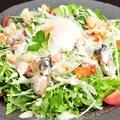 料理メニュー写真牡蠣のオイル漬けと燻製ダコのシーザーサラダ