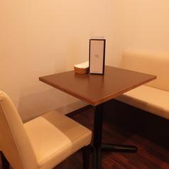 【テーブル席】2名様用のテーブルをご用意しています。友人同士やカップル同士のご利用におすすめです。