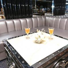 席は大人数座れる席から少人数の席まで様々なサイズのお席をご用意。
