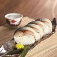 【テイクアウト】  ~とろさば棒寿司~ テレビ、雑誌で話題の棒寿司です。軽く炙ることにより、香ばしく脂がのったとろさばのとろける食感をお楽しみ下さい。 【価格】1本2,057円/5貫1,131円