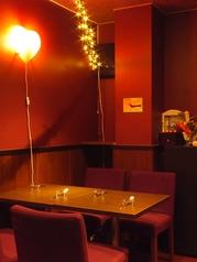 モダンでおしゃれな店内♪3~4名での記念日や、女子会、会社帰り飲みにぴったりの窓際のお席。