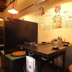 少人数の宴会に新感覚!BOX席にはなりますが、一軒家の2階に位置する天井が高く開放感のある全4テーブルのみの山小屋半個室(BOX席)になります。背もたれが高く、通常のテーブル席よりもプライベート間のある空間になっております。※要予約(当日不可)