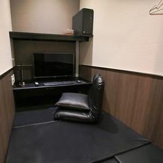 フラットタイプのスタンダードルーム。【設備】TVモニタ:32型液晶テレビ、PCモニタ:32型液晶モニタ、PC:ミドルスペック、座席:座面ウレタンマット