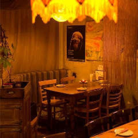 温かみのある内装なのでしっとりとしてたお祝いができます。お祝いごとにうってつけなテーブル配置、各種演出もご相談ください。大人の空間が、お食事の席をより一層楽しいものにしてくれます。
