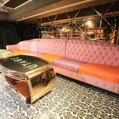 インスタ映え間違いなしの可愛らしいカラーのソファー席。